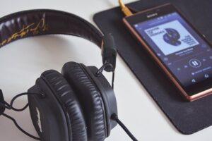 Celular con audífonos
