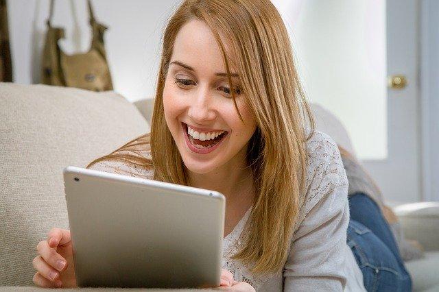 Mujer utilizando una tablet