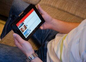Hombre viendo vídeos en youtube