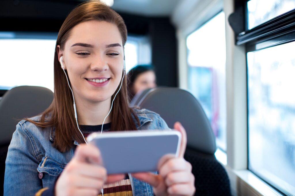 Chica jugando con su teléfono móvil