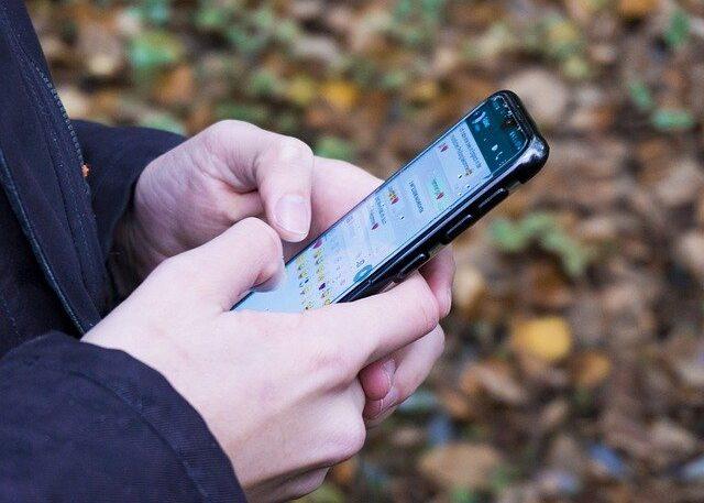 Hombre escribiendo un mensaje en su celular.